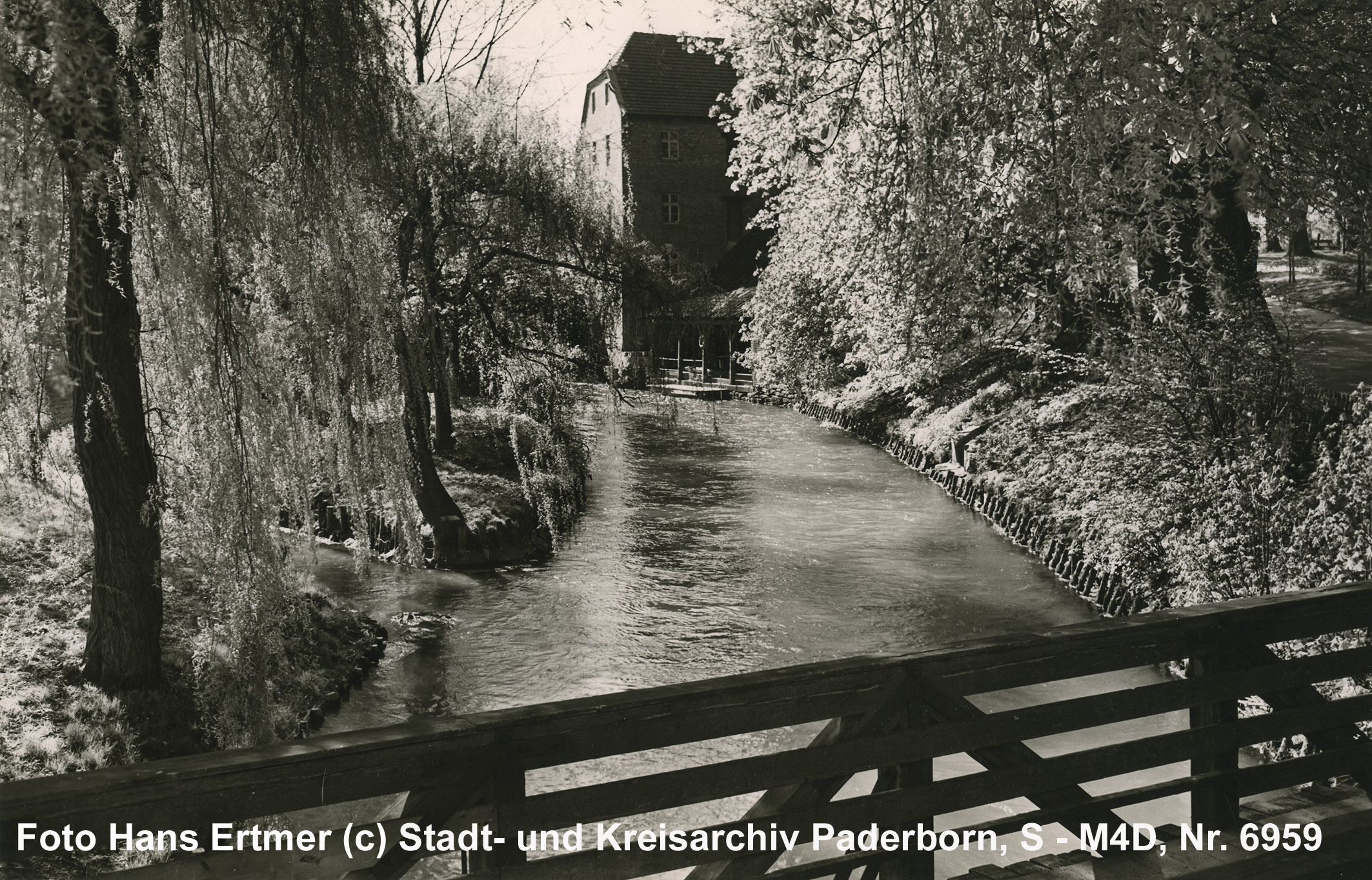 """Blick von der """"Promenadenbrücke"""" auf die """"Stümpelsche Mühle"""" und Gerberhütten, um 1960 (Stadt- und KreisA Pb, Foto H. Ertmer, S-M4D, Nr. 6959)"""