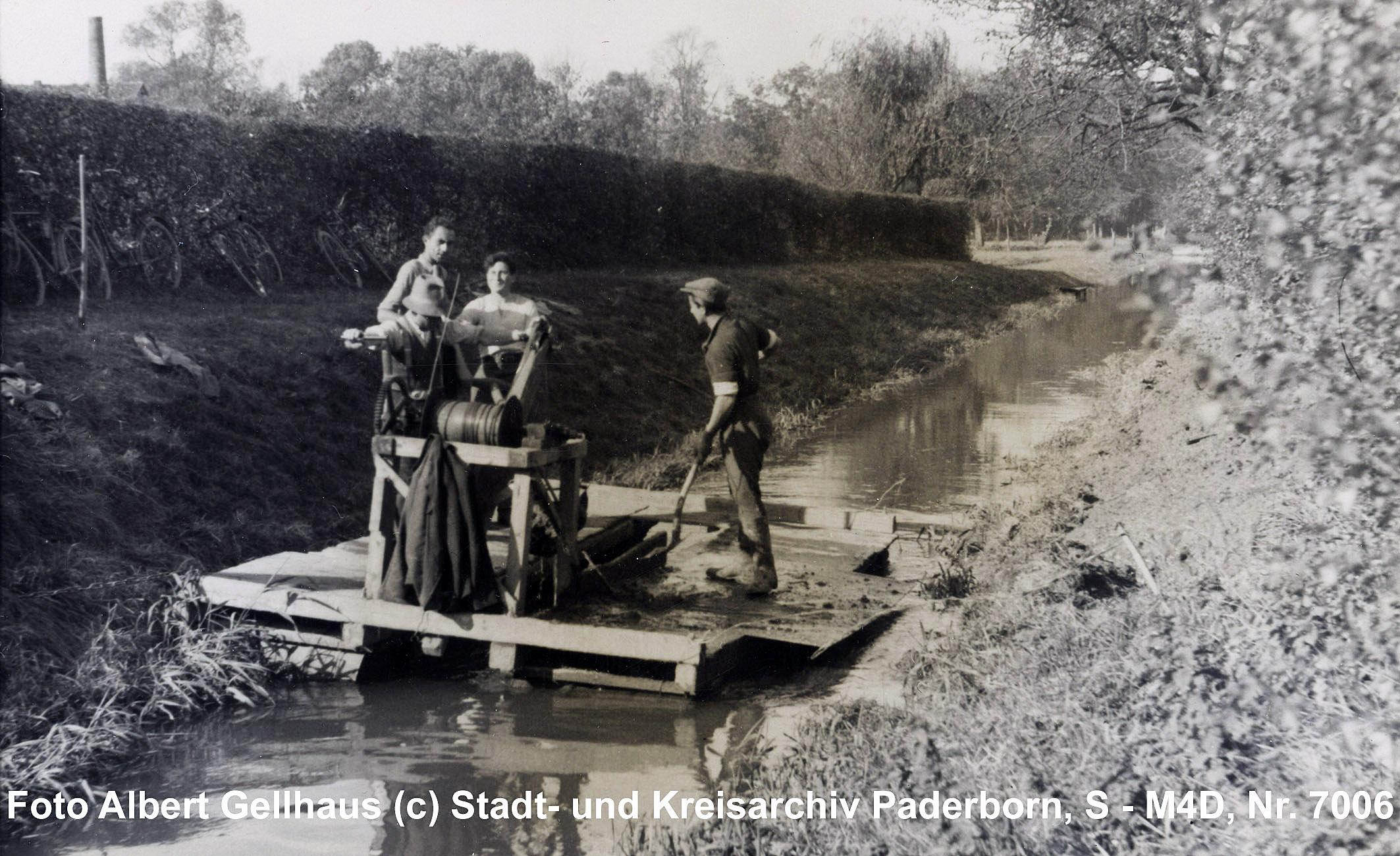 """Mechanische """"Reinigung des Schlachthofkanals"""", Sommer 1940 (Stadt- und KreisA Paderborn, Foto A. Gellhaus, S-M4D, Nr. 7006)"""