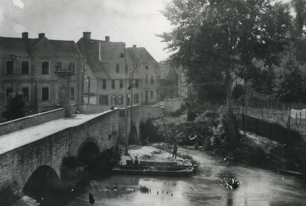 """Schloss Neuhaus, Alter """"Brückenhafen"""" an der barocken Lippebrücke, frühes 20. Jahrhundert (Stadt- und KreisA Pb, Foto W. Lange (Soest), Sammlung Golücke, S-M4D, Nr. 3628)"""