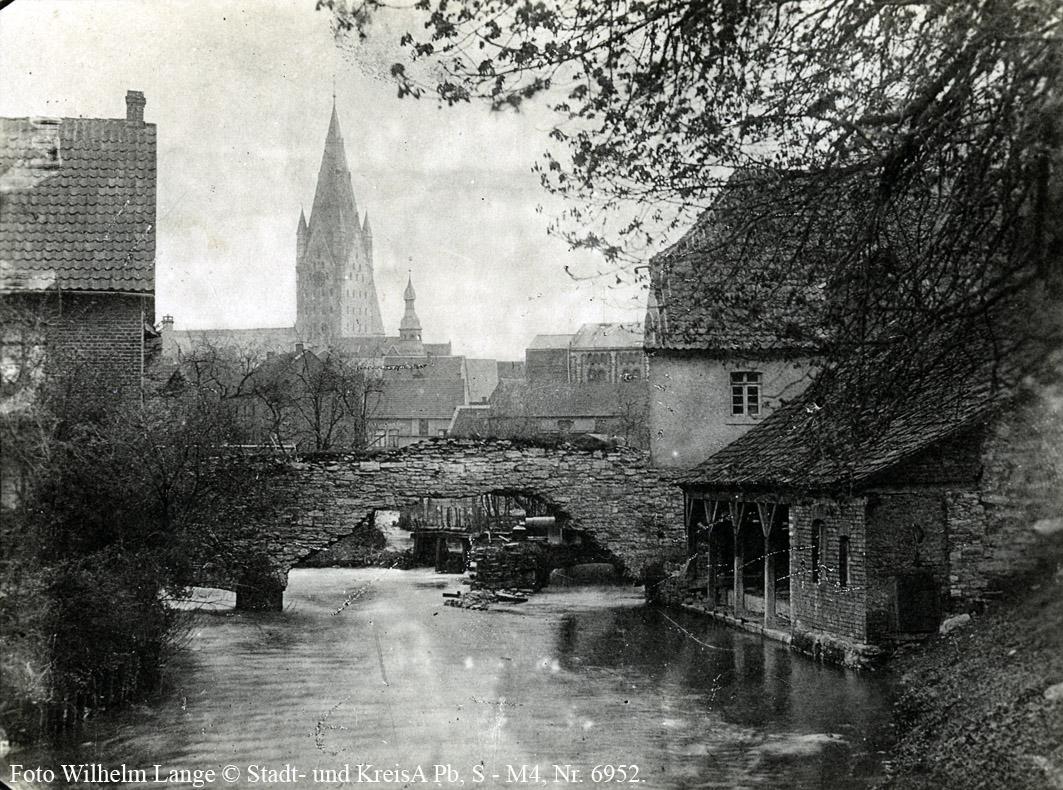"""Paderborn, Lohgerberhütten am ehemaligen Wassertor der Pader, um 1900 (Ansichtskarte """"Paderborn – Ausfluß der Pader"""", Stadt- und KreisA Pb, S-M4D, Nr. 6952)"""
