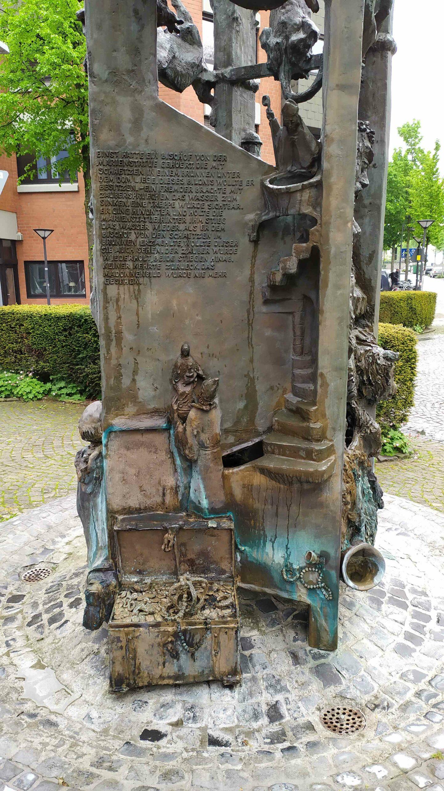 """Sagenbrunnen mit """"Schatz im Dombrunnen"""" Motiv"""