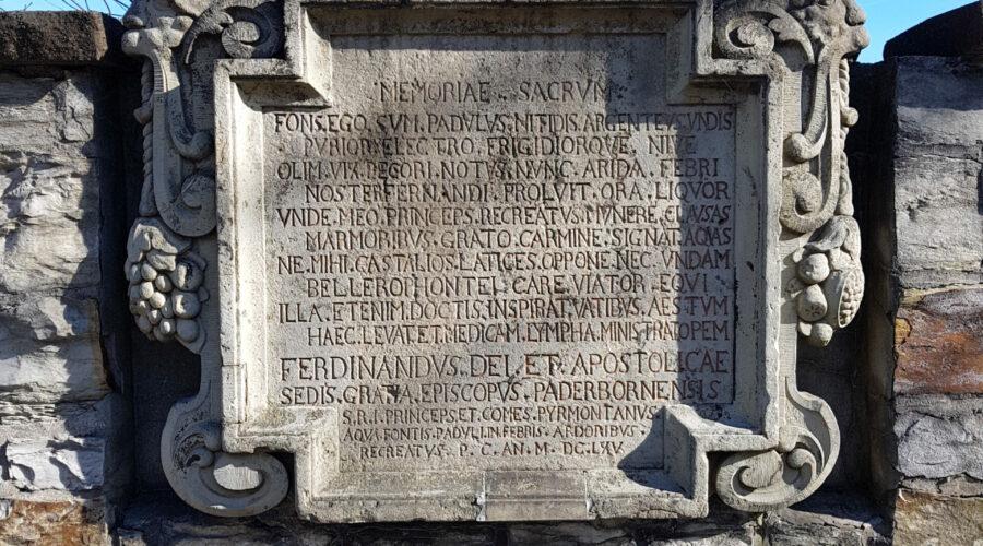 """Gedenkstein der """"Padulusquelle"""" mit Widmung des Paderborner Fürstbischofs Ferdinand v. Fürstenberg, 1665 (Foto M. Ströhmer 2019)"""